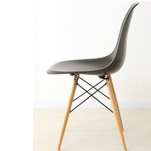 офисное кресло с деревянными ножками
