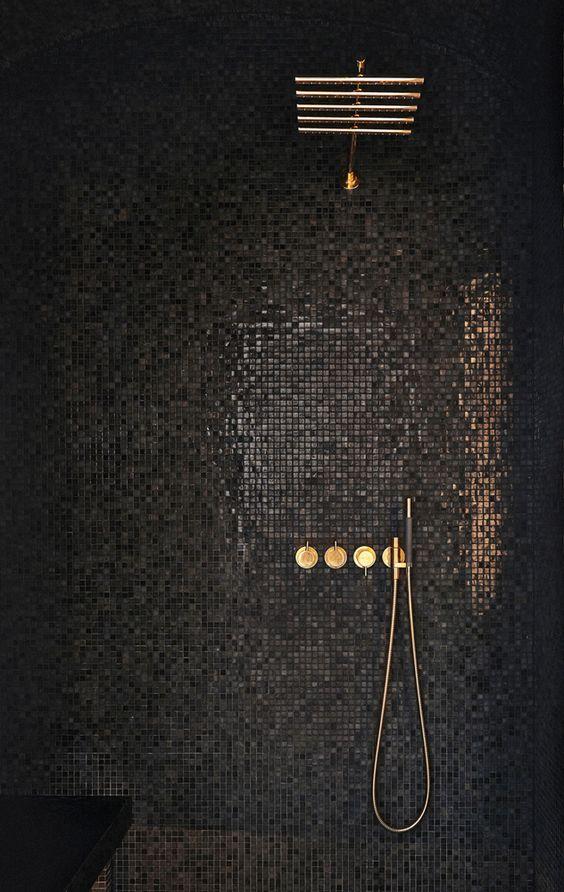 темная мозаика в ванной комнате