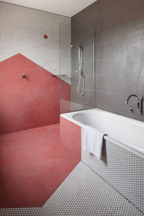 разноцветный узор из мозаики в ванной